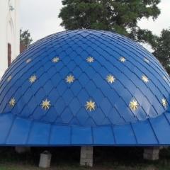 полусферической формы с квадратным основанием, отделка «в шашку» оцинкованной сталью с полимерным покрытием