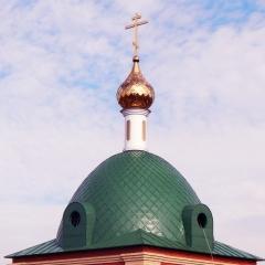 вытянутый купол, полусферический с квадратным основанием, отделка «в шашку» оцинкованной сталью с покрытием «Pural»